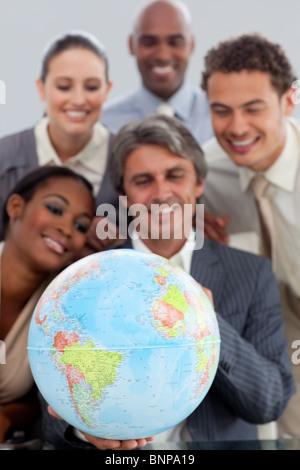 Business Gruppe zeigt Vielfalt hält ein Terretrial gobe - Stockfoto
