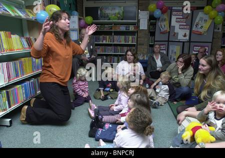 Bookstart ist ein nationales Programm, das allen Eltern und Aufsichtspersonen, Bücher mit ihren Kindern von einem - Stockfoto
