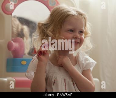 Junges Mädchen kämmt - Stockfoto