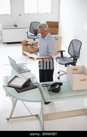 Geschäftsmann, arbeiten im neuen Büro - Stockfoto