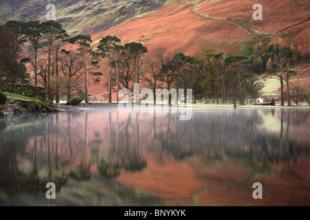 Buttermere-See im Herbst mit Lakeland Fells Reflexionen über die flache ruhigen Oberfläche, Lake District, Cumbria, - Stockfoto