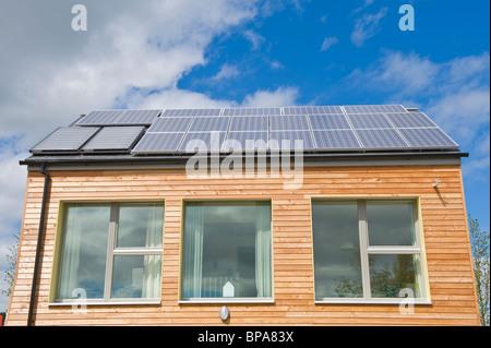 Holz verkleidet Null Kohlenstoff Passivhaus mit dreifach verglaste Fenster & Dach bedeckt mit Solarzellen für Strom - Stockfoto