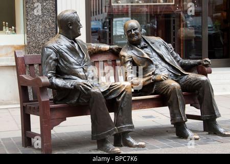 Roosevelt und Winston Churchill Statuen auf einer Bank, Bond Street, London, England, UK - Stockfoto