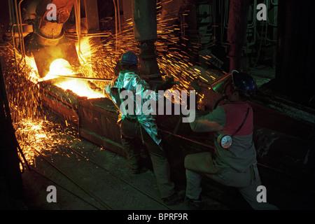Bulgarische Kupfer Produktion Arbeiter neigen, geschmolzenen Metallen in Pirdop Raffinerie. - Stockfoto