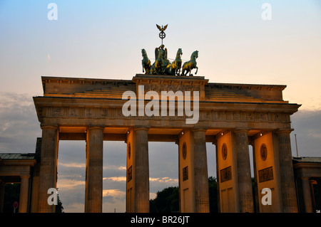 Brandenburger Tor in Berlin bei Sonnenuntergang - Stockfoto