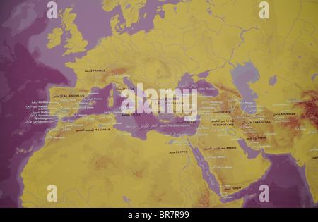 Eine Karte des Mittelmeers in Französisch und Arabisch auf dem Display in das Institut du Monde Arabe, Frankreich. - Stockfoto