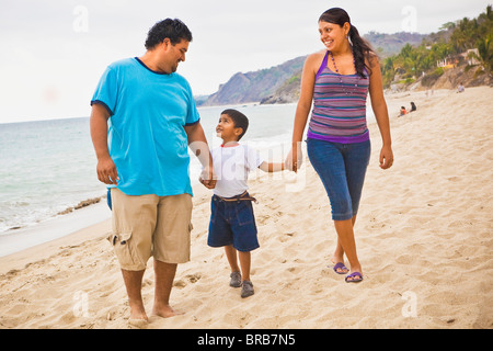 junge mexikanische Familie am Strand - Stockfoto