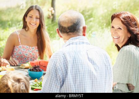 Familiengruppe bei ländlichen Picknick - Stockfoto