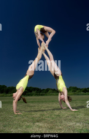 Akrobatischen Truppe Bewegungen durchführen - Stockfoto