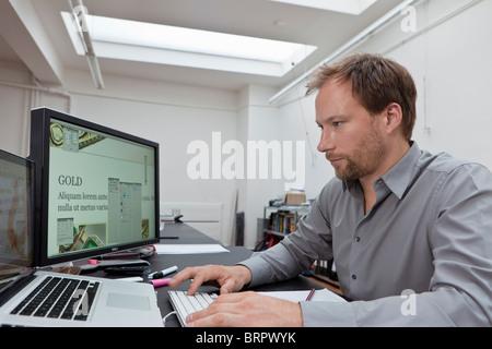 Web-Designer bei der Arbeit - Stockfoto