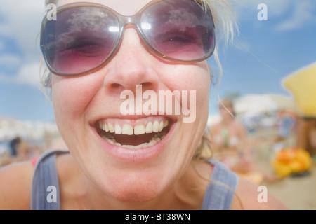 Am Strand in Las Palmas de Gran Canaria lächelnde Frau - Stockfoto
