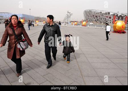 Touristen besuchen die Vögel-Vogelnest-Stadion in Peking, China - Stockfoto