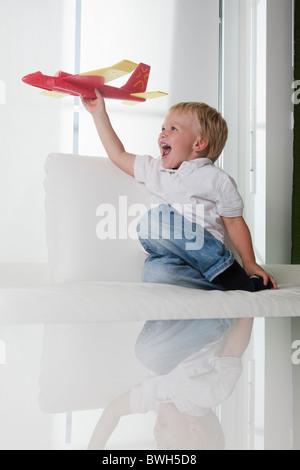 Kleiner Junge spielt mit Spielzeug Flugzeug - Stockfoto
