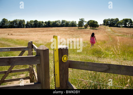 Teenager-Mädchen zu Fuß in das Land an einem Sommertag, Lyminge Dorf in der Nähe von Folkestone, Kent UK - Stockfoto