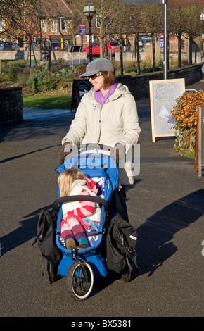 Mutter mit Kind im Kinderwagen (Phil & Teds) Stratford-nach-Avon, Vereinigtes Königreich - Stockfoto