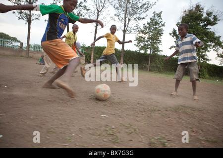 Afrikanische Kinder Fußball spielen in der Kilimanjaro-Region, Tansania, Ostafrika. - Stockfoto
