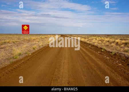 Leeren Sie outback Road in der Nähe der Kennedy-Entwicklung-Straße zwischen Winton, Hughenden im Outback Queensland - Stockfoto