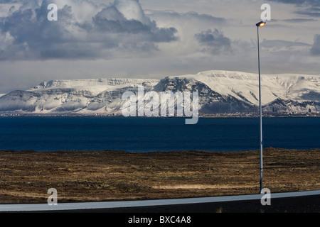 Mt. Esja und Reykjavik. Von der südlichen Halbinsel (Reykjanes), Island gesehen. - Stockfoto