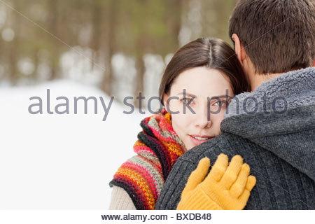 Paar umarmt im Freien im Schnee - Stockfoto