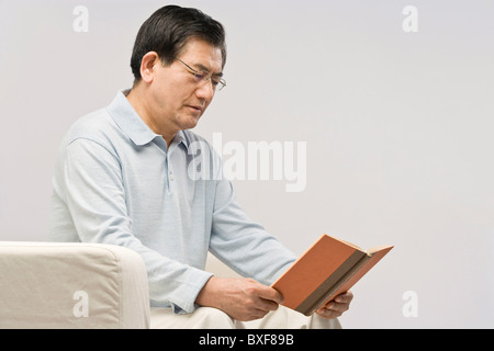 Senior Woman Buch zu lesen, close-up - Stockfoto