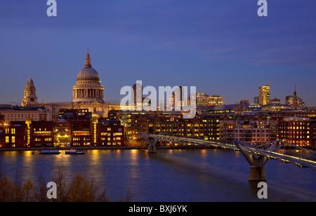 Nachtansicht des St. Pauls Kathedrale und Millennium Bridge von Tate modern am Südufer der Themse, London, England - Stockfoto