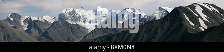 Panorama von Belukha Berg und Katun Angebot im Altai-Gebirge Russland, entnommen aus Karaturek Pass. - Stockfoto