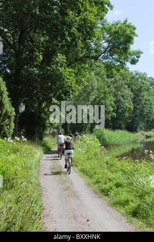 Radfahrer auf einem Schotterweg auf dem Lande - Stockfoto