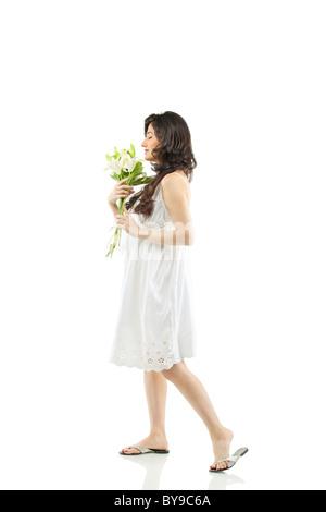 Eine schöne Frau mit Blumen - Stockfoto