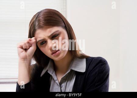 Geschäftsfrau Denken schwer - Stockfoto