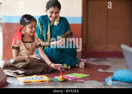 Kleines Mädchen mit einem Spielzeug spielen - Stockfoto