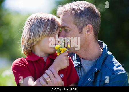 Vater den Sohn, halten Blumen - Stockfoto