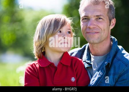 Vater und Sohn Porträt in hellem Sonnenlicht - Stockfoto