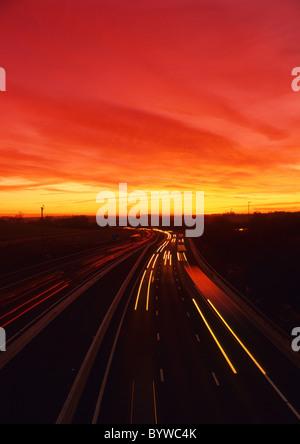 Scheinwerfer wegen des Verkehrs auf der Autobahn M1 bei Sonnenuntergang in der Nähe von Leeds Großbritannien Reisen - Stockfoto