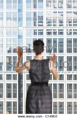 Geschäftsfrau Bürofenster mit Blick - Stockfoto