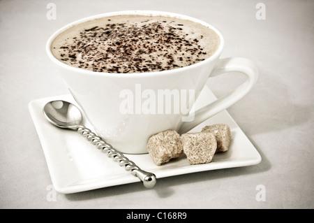 Cappuccino in weiße Tasse und mit Würfeln von Braun Rohzucker - Stockfoto