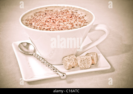 Cappuccino in weiße Tasse und mit braunem Zucker - Stockfoto