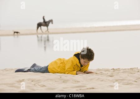 Junge auf Sand am Strand - Stockfoto