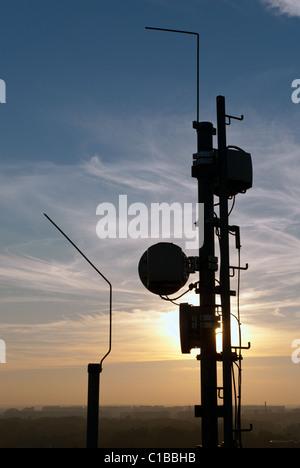 Handy-Antennenmast auf Dach - Stockfoto