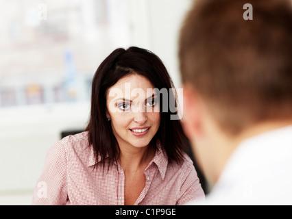 Mann und Frau im Gespräch im Büro - Stockfoto