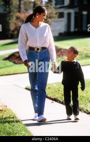 Mutter und Sohn zusammen spazieren. - Stockfoto