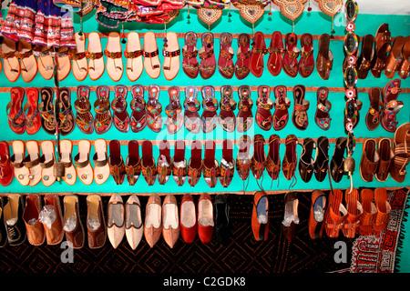 Leder-Schuhe und Hausschuhe zum Verkauf - Stockfoto