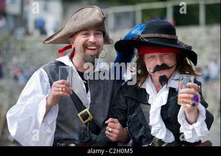 Abgebildet sind beste Mann Tanasi Iiliano (links) und 2. mate Matt Linton-Smith (rechts) bei den Piraten Hochzeit - Stockfoto
