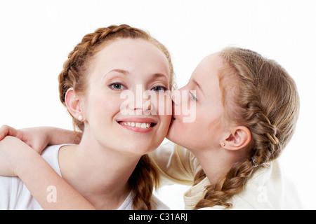Porträt von hübschen Mädchen küssen ihre Mutter - Stockfoto