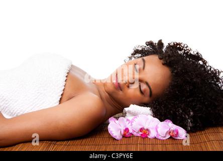 Brasilianische Frau in einem Day-Spa, Handauflegen Bambus Massage-Tisch mit Kopf auf Kissen tragen ein Handtuch - Stockfoto