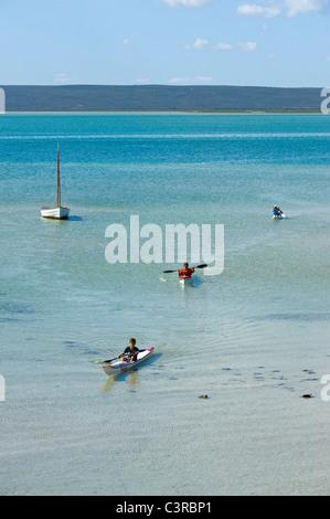 Kinder mit Kanus in der Langebaan Lagune, Churchhaven in West Coast Nationalpark Südafrika - Stockfoto