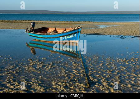 Fischerboot bei Ebbe in Langebaan Lagune, Churchhaven in West Coast Nationalpark Südafrika - Stockfoto