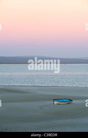 Angelboot/Fischerboot bei Ebbe in der Morgendämmerung, Langebaan Lagune am Churchhaven in West Coast Nationalpark - Stockfoto