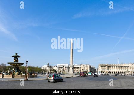 Verkehr auf der Place De La Concorde im Zentrum der Stadt, Paris, Frankreich - Stockfoto