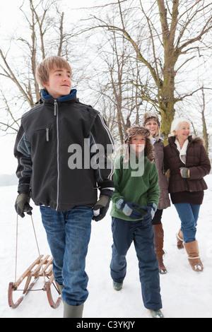 Eine Familie, Wandern im Schnee - Stockfoto