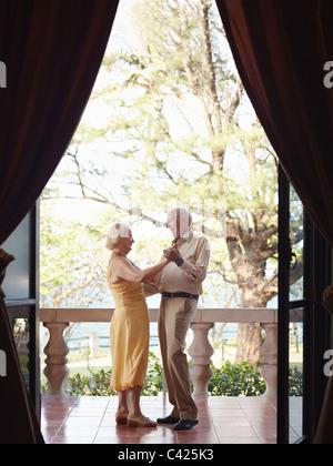 Kaukasische älteres Paar im Urlaub, Tanz auf der Terrasse im Hotel. Vertikale Form, Ganzkörperansicht, Seitenansicht - Stockfoto